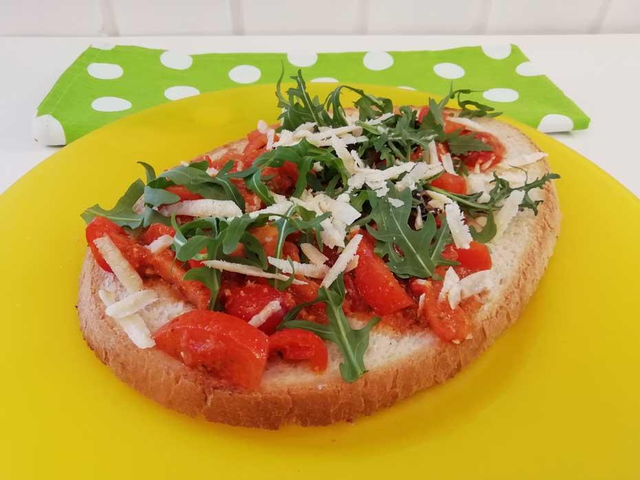 Bruschetta mit Tomate, Oliven & Grana – vegetarisch - Restaurant Bunt Wien